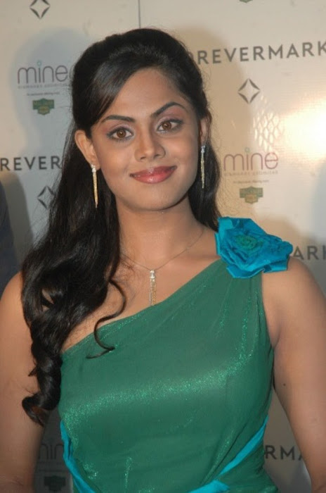 karthika nair from malabar diamond gold shop actress pics