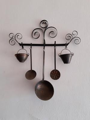 Adorno de pared con pequeños utensilios en una casa de Barxeta