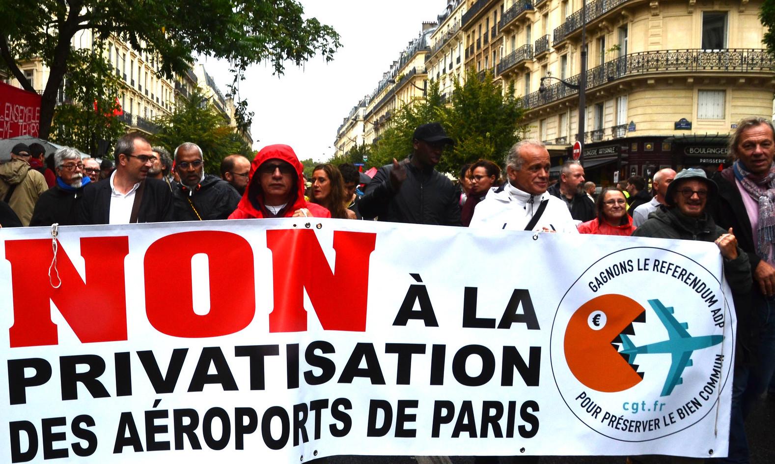 La gauche est au moins sur ce point-là d'accord puisque Adrien Quatennens, Insoumis, a lui demandé « vite, un réfrendum » avant que Manon Aubry, eurodéputée en remette une couche « Alors, ce référendum, on l'organise ? »