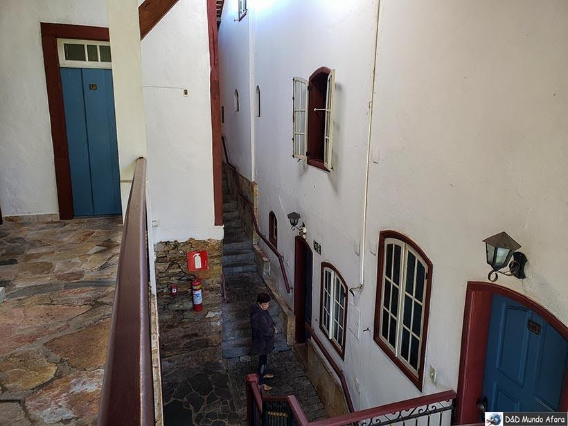 Escadas de acesso aos quartos da Pousada Arcadia Mineira em Ouro Preto