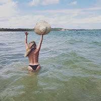 Gisela João de biquini na água