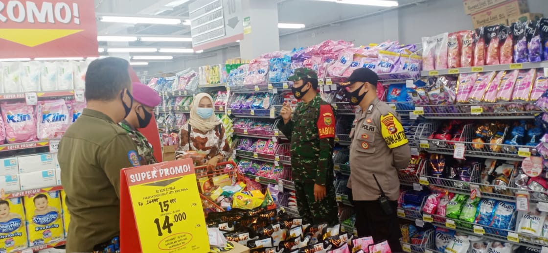 Koramil 410-02/TBS Kodim 0410/KBL beserta Tim gugus tugas terus aktif dalam penegakan Protokol Kesehatan di pusat perbelanjaan modern Mall Superindo