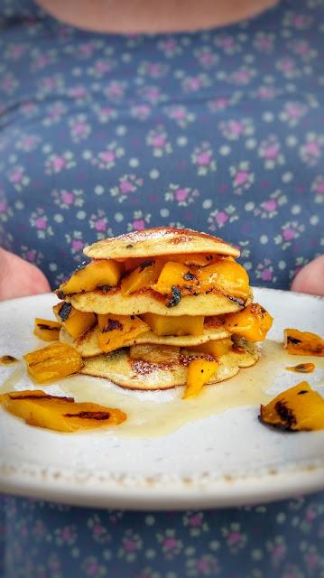 Pancakes und Mango vom Grill.
