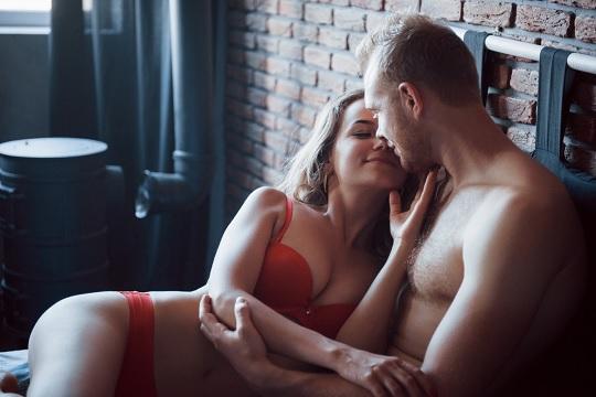 Der Sexualtrieb eines Mannes wird von Beziehungsproblemen nicht beeinflusst. Ein Mann wird in erster Linie von der körperlichen Erscheinung des Partners angezogen. Er muss nichts über die Persönlichkeit einer Person wissen, egal ob sie interessant oder freundlich ist.