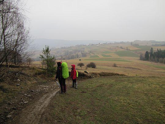 Na skraju pól ponad wsią Krzeczów.