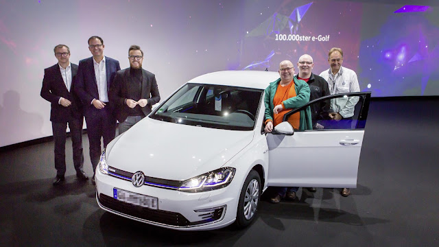 Image Attribute: Anniversary vehicle: The 100,000 e-Golf was handed over to Maik Jaehde (3rd from right) in the Transparent Factory Dresden at the end of November. / Photo ID: DB2019AL02686/ Source: Volkswagen AG