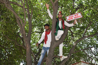 #JaunpurLive : सपा कार्यकर्ता को प्रशासन ने लगाई डांट