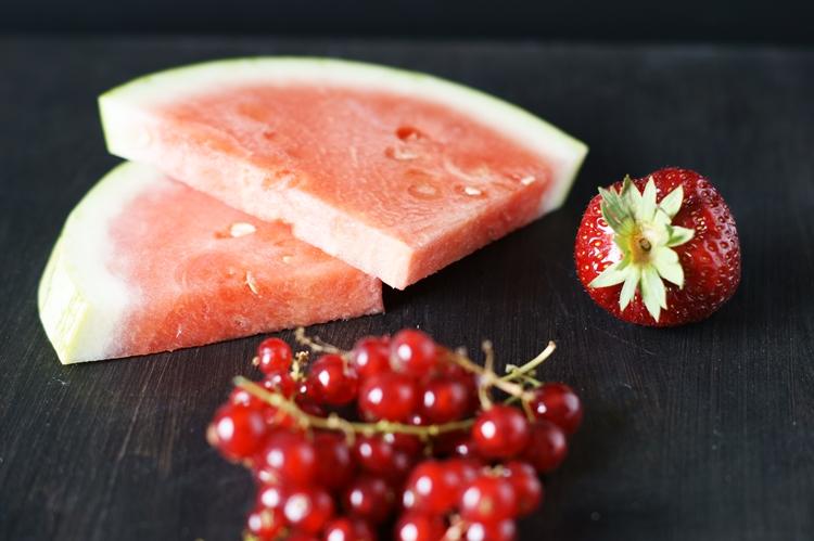Erdbeere, Melonenscheiben und Johannisbeeren {by it's me!}