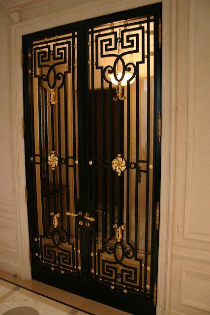 cửa sắt 2 cánh truyền thống