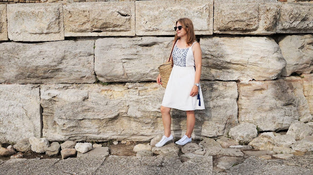 Sukienka w greckim stylu w centrum Nessebaru | Ostatni powiew lata z Domodi