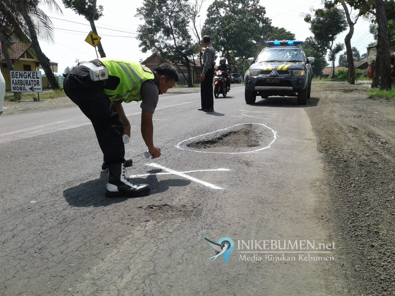 Cegah Laka Lantas, Polisi di Kebumen Urug dan Tandai Jalan Berlubang