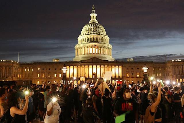 Tak Hiraukan Jam Malam, Ribuan Demonstran Bertahan di Gedung Putih