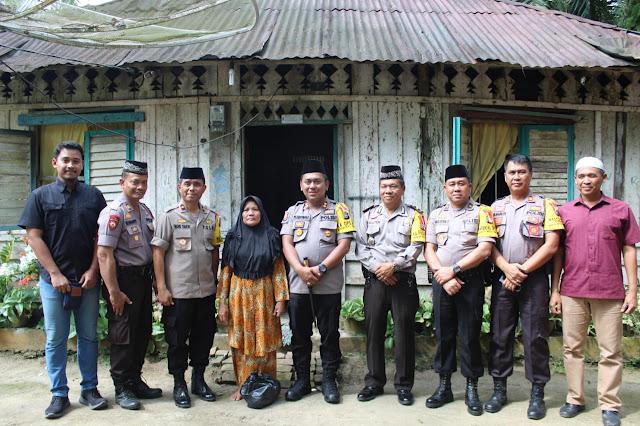 Kapolres Asahan AKBP Faisal Napitupulu dan para perwira Polres Asahan foto bersama warga.