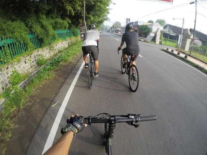 Melintasi jalan dekat Candi Prambanan