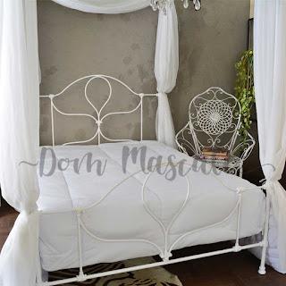 cama branca com dossel em quarto decorado dom mascate