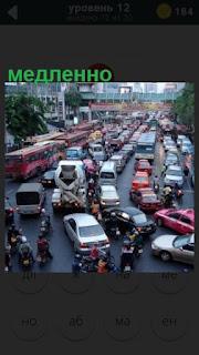 по дороге в городе медленно двигается поток машин
