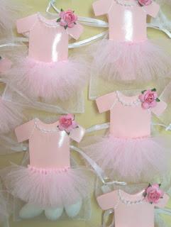 Idei marturii botez fetita balerina costum roz cu flori si suport saculet cu migdale albe