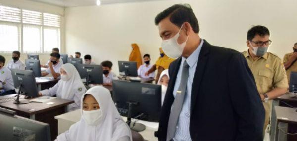 Kadisdik Pantau USBK di SMP Negeri 17 Banda Aceh