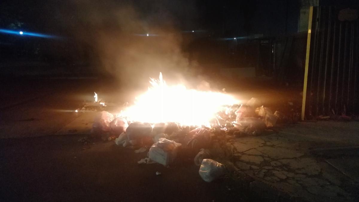 Cassonetti incendiati Catania emergenza rifiuti