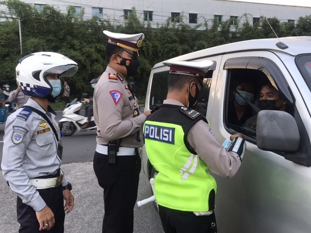 Petugas Penyekatan Putarbalikkan  Puluhan Kendaraan Pemudik