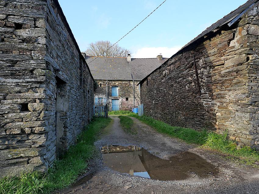 Maison perpendiculaire à deux rangées de granges en pierre Le Pont d'Apé, à Sainte Marie, dans le pays de Redon. (35)