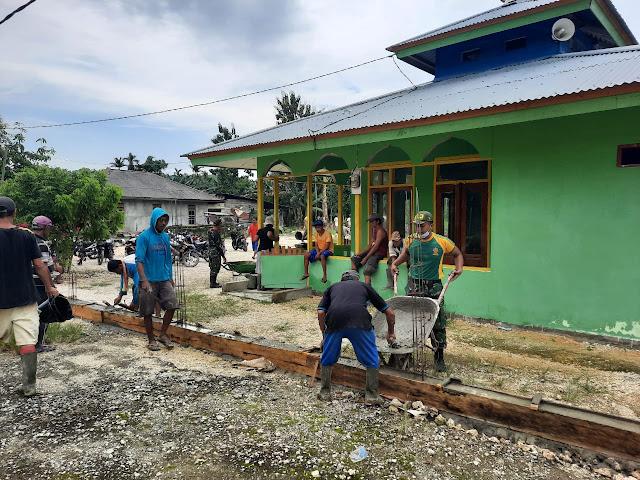 Satgas Yonif MR 413 Kostrad Bantu Masyarakat Bangun Pagar Masjid Arso