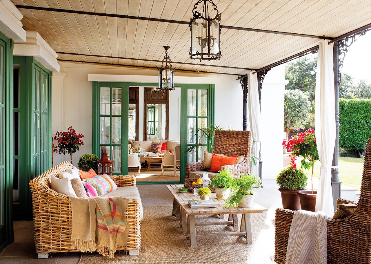 decoración salón estilo andaluz con colores llamativo y muebles de mimbre porche