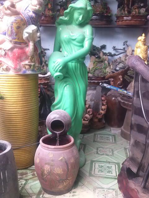 tượng thiếu nữ và bình nước