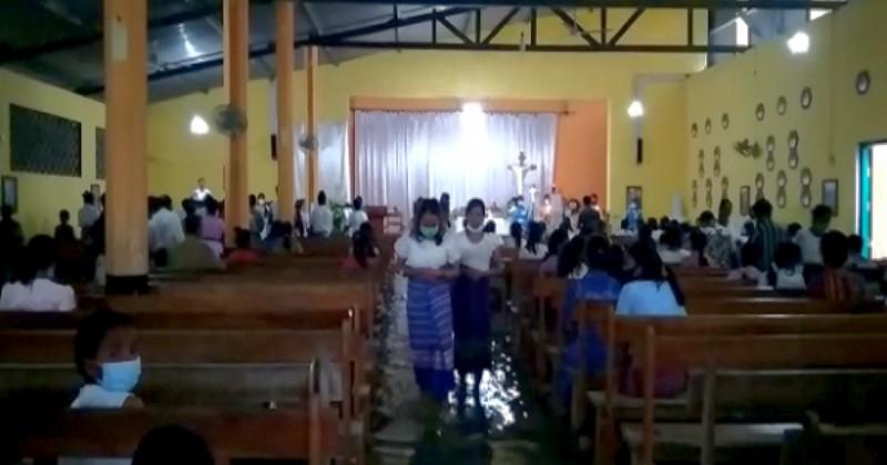 Gereja Tergenang Banjir, Umat di Malaka Masih Khusyuk Berdoa Kamis Putih