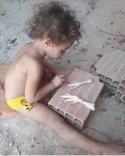 Niño pinta uñas patas gallo cortadas