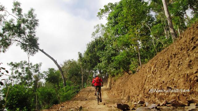 Jalan menanjak ke Canting Mas, Puncak Dipowono, Kulon Progo