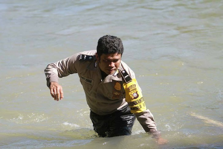 Hebat !! Agar Anak-Anak Desa Tetap Sekolah, Polisi Ini Bantu Siswa SD Seberangi Sungai