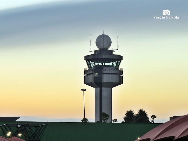Close-up da Torre de controle do Aeroporto de Guarulhos no alvorecer - Guarulhos-SP