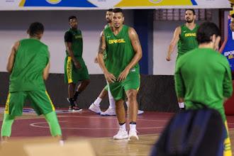 Rafael Hettsheimeir é cortado e Brasil define os doze jogadores para a Copa do Mundo de Basquete masculino