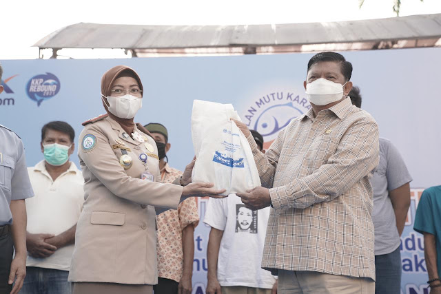 Azikin Solthan Fasilitasi Distribusi 800 Paket Ikan di Bantaeng