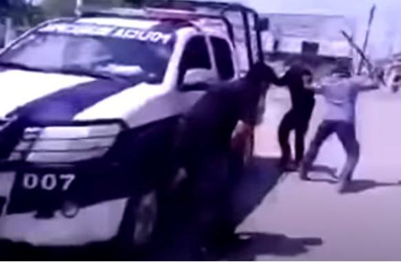 Video: Ya calmate Pancho por favor le decía su esposa, ellos comenzaron primero,  hombre desarma y da paliza a dos policías que lo detuvieron injustamente