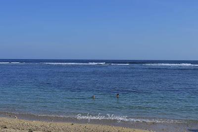 Pantai Gunung Payung dengan laut yang tenang untuk bermain