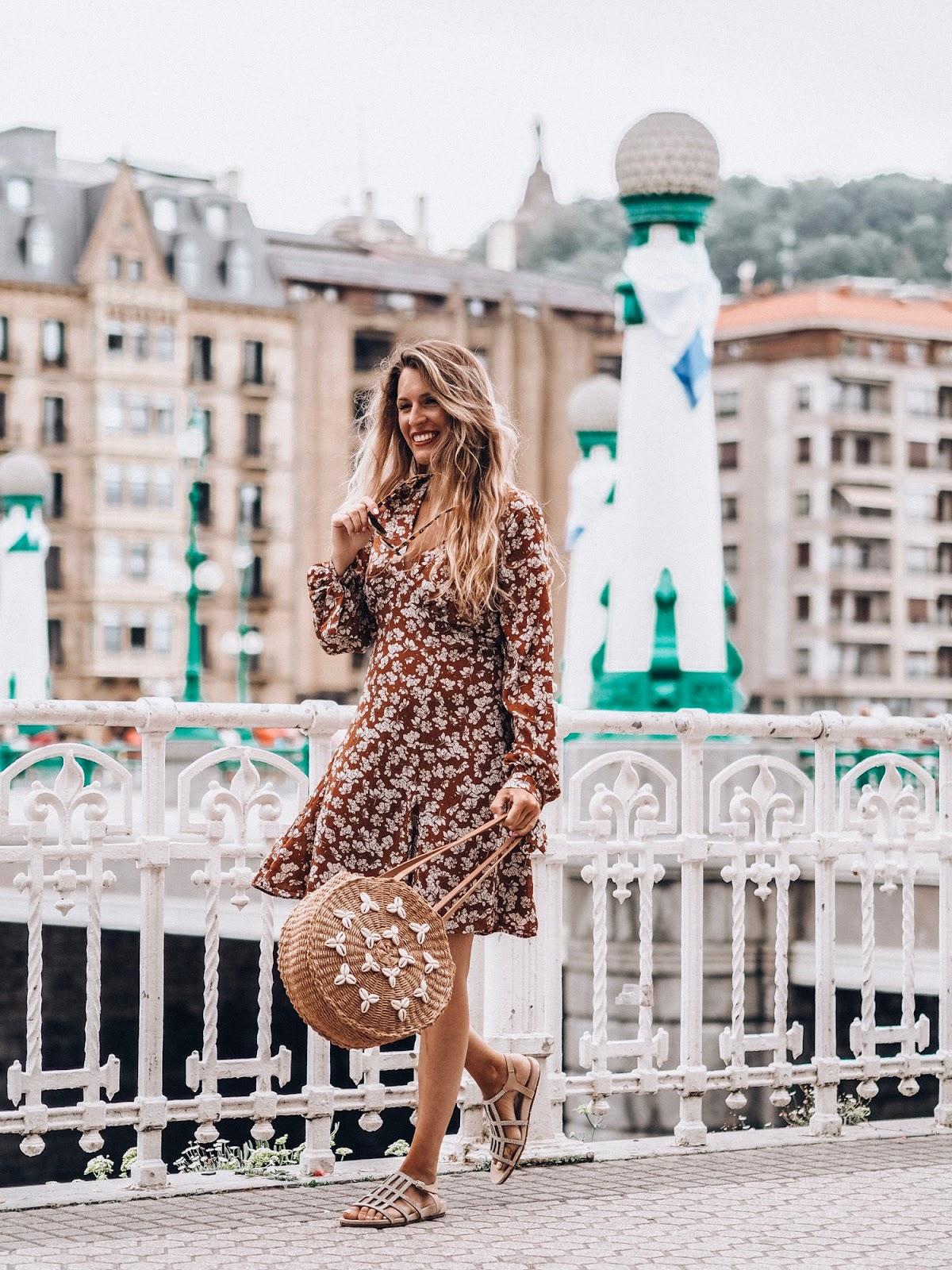 look otoño 2019 con vestido de flores