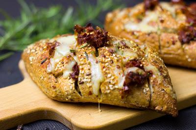 Heisses Käse-Tomaten-Brot mit Rosmarin