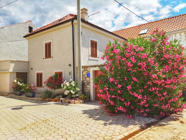 cudowna Chorwacja, zaułki, ulice, kwiaty, wakacje