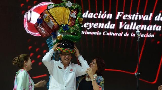 Carnaval S.A. reconoció aporte del vallenato a la cultura entregando 'Turbante de la tradición'