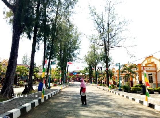 Jalan menuju Benteng Van der Wijck Gombong
