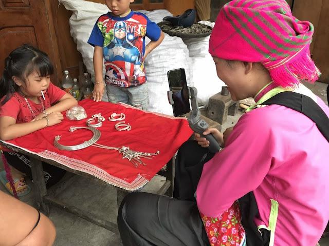 Vũ Thị Ngọc Hướng đang quay một em bé dân tọc Giáy