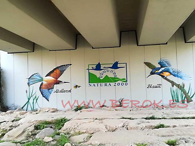 Pintura mural de Natura 2000 con Abellerol y Blauet en puente de Cubelles