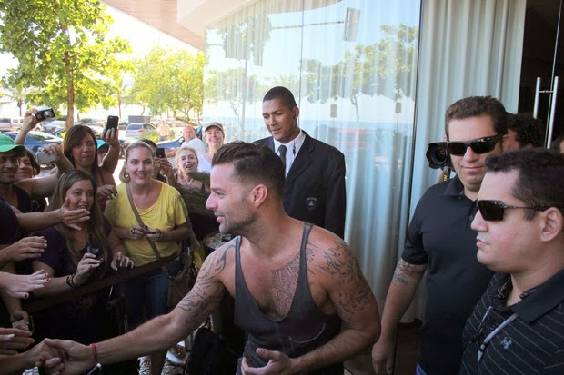 Ricky Martin meets fans at the door of the hotel