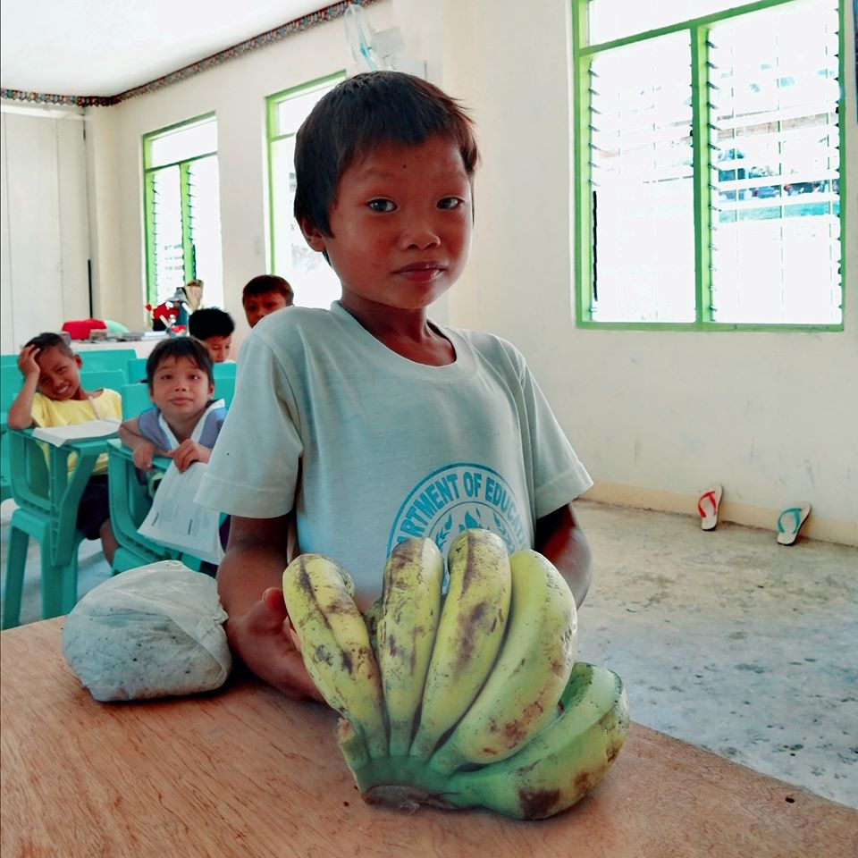 Teacher assigned in the mountains, receives bananas as gift from barefoot student