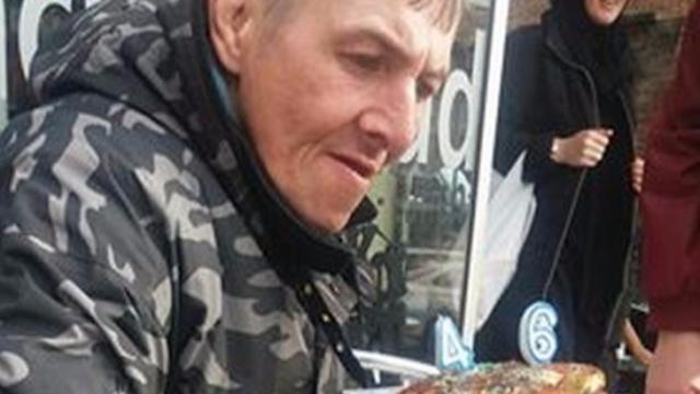 Un hombre sin hogar recibe una fiesta de cumpleaños