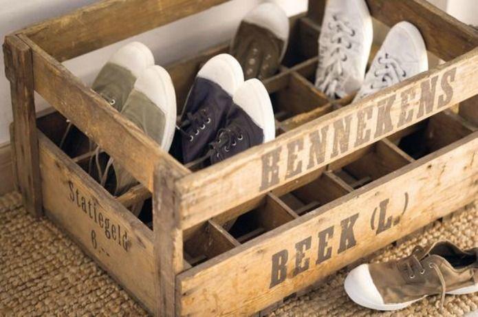 caja de madera con zapatos