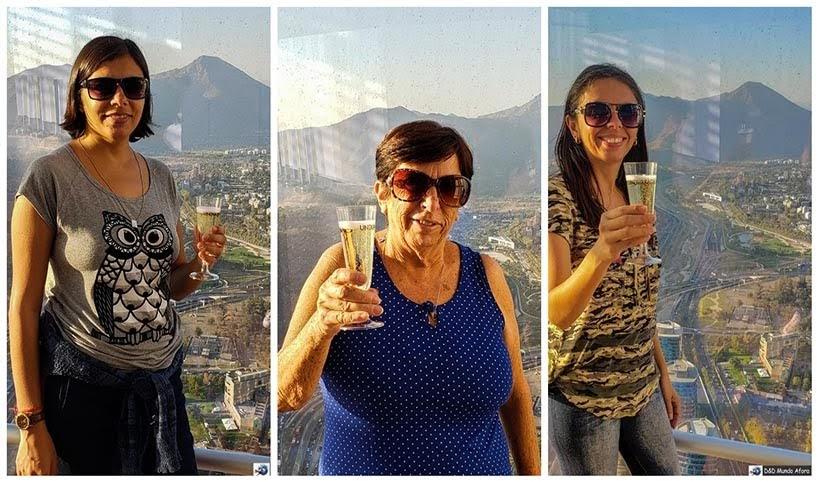 Tomando espumante no Sky Costanera em Santiago no Chile