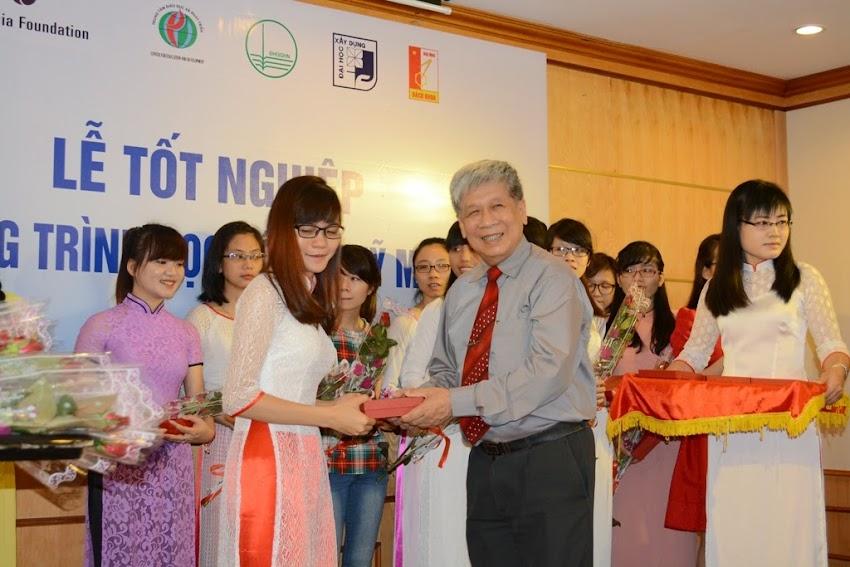 Ông Bùi Khắc Cư, Giám đốc Trung tâm Nâng cao Dân trí lên tặng hoa và quà tặng cho nữ sinh